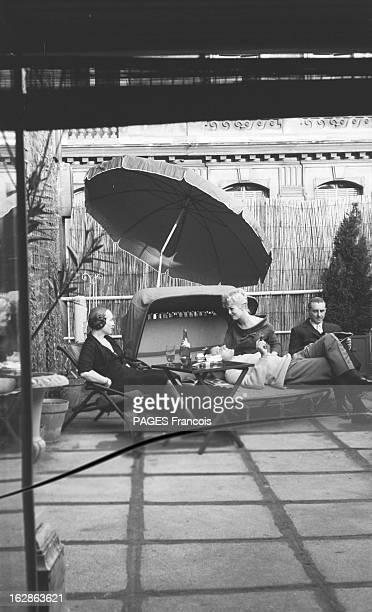Close-Up Of Mylene Demongeot. Avril 1958. Mylène DEMONGEOT et son mari Henri COSTE prennent un verre à l'ombre d'un parasol, sur une terrasse,...