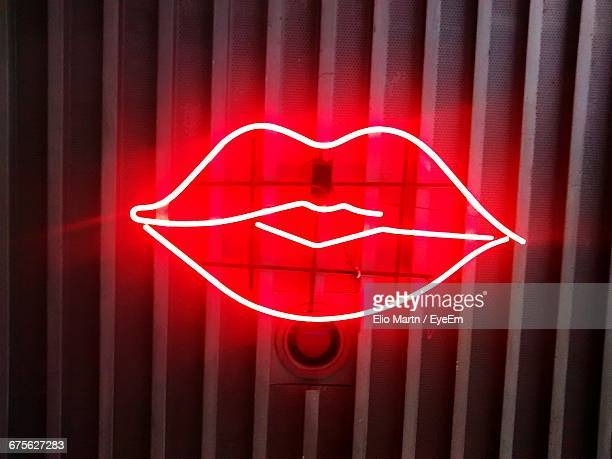 close-up of neon lip sign - menselijke lippen stockfoto's en -beelden