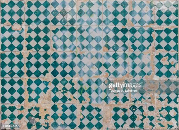 closeup of old and cracked ceramic tiles - baldosa fotografías e imágenes de stock