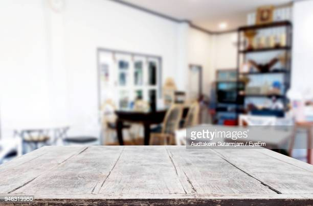 close-up of old wooden table at home - focagem no primeiro plano imagens e fotografias de stock