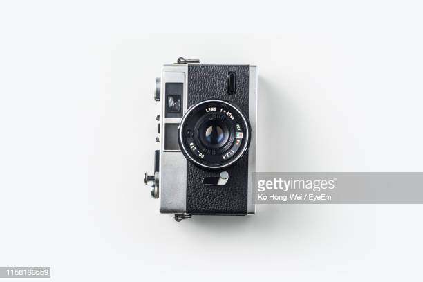 close-up of old-fashioned camera against white background - camera stockfoto's en -beelden