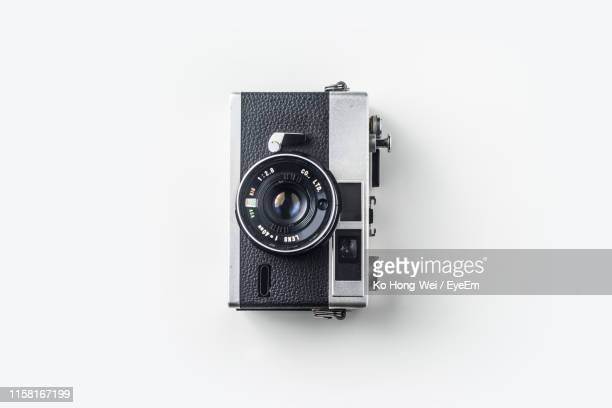 close-up of old-fashioned camera against white background - camera photographic equipment - fotografias e filmes do acervo