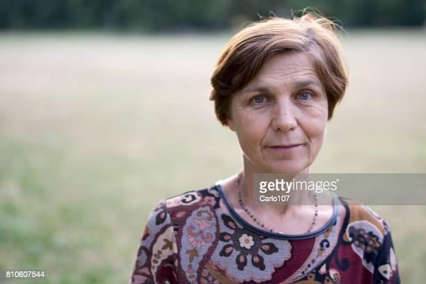 nahaufnahme einer älteren frau im freien - eine seniorin allein stock-fotos und bilder