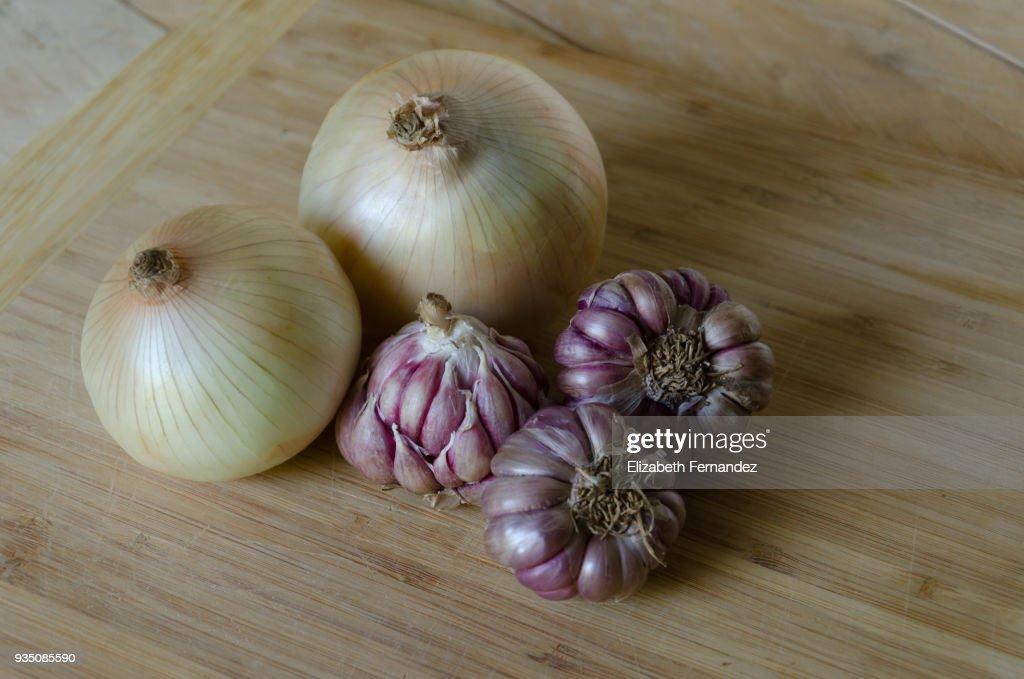 Close-up of onion and purple garlic : Stock Photo