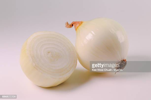 close-up of onions on white background - cebolla fotografías e imágenes de stock