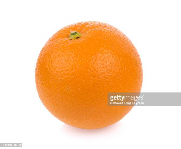 close-up of orange against white background - obst stock-fotos und bilder