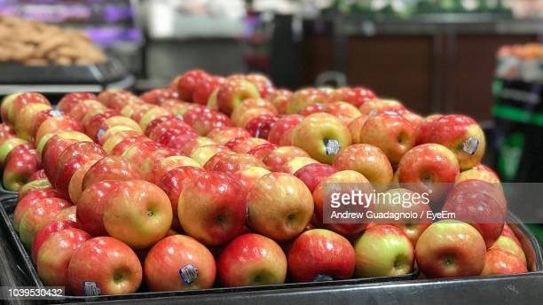 close-up of organic apples for sale in market - foco diferencial imagens e fotografias de stock