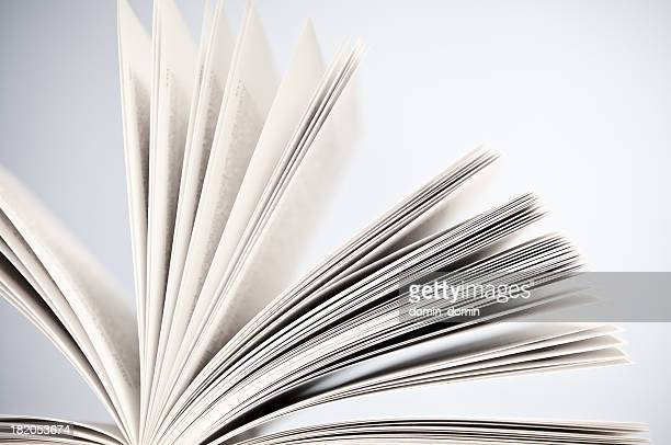 Primer plano de páginas del libro, thumb a través de la reservación