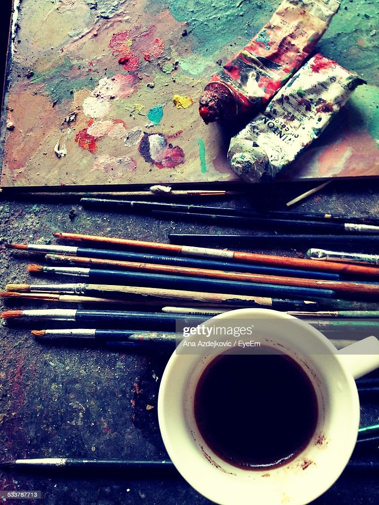 Close-Up Of Paintbrushes And Paint Tube With Black Tea : Foto stock