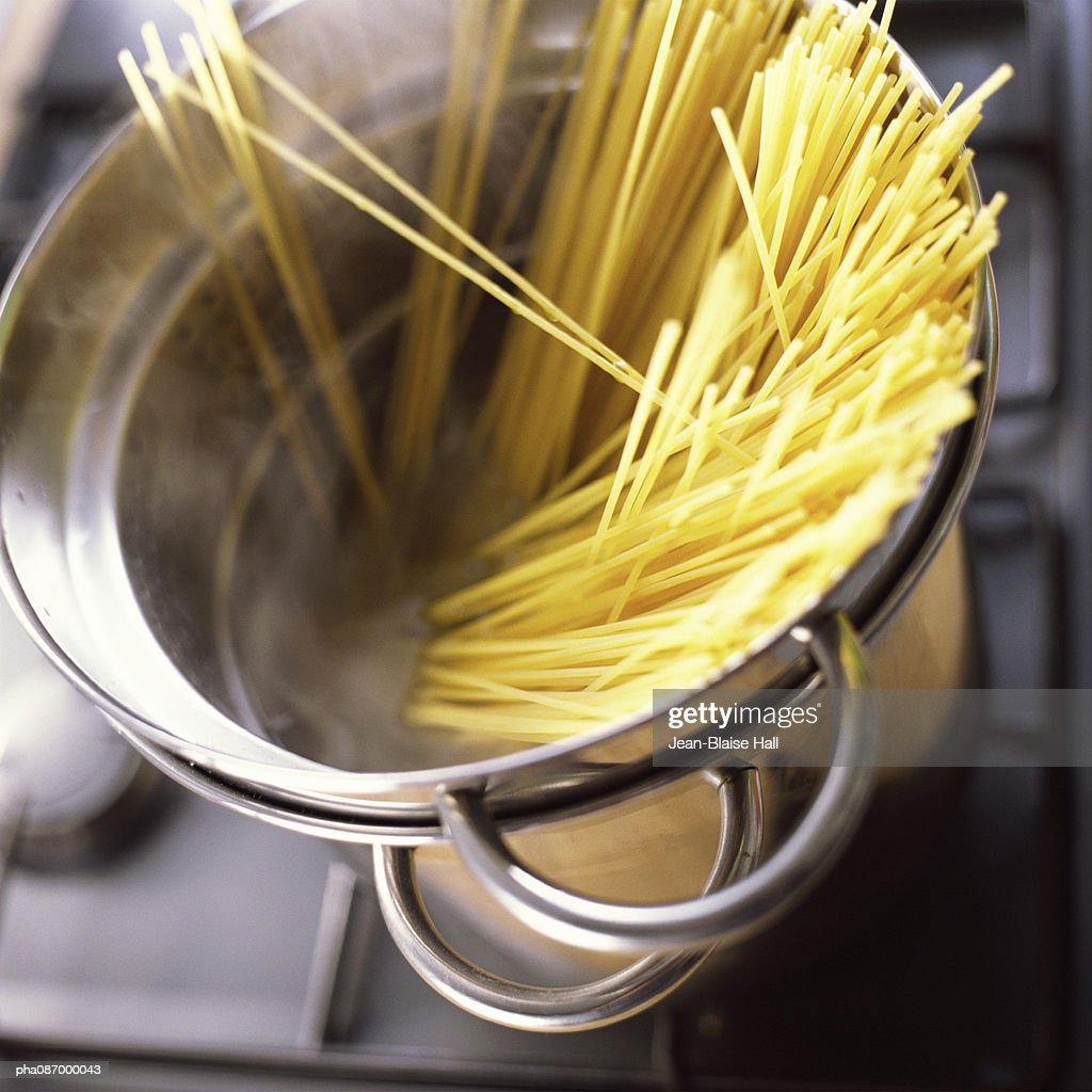 Close-up of pasta in pot. : Stockfoto