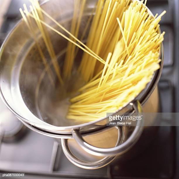 close-up of pasta in pot. - spaghetti stockfoto's en -beelden