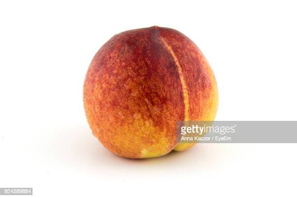 close-up of peach against white background - perzik stockfoto's en -beelden
