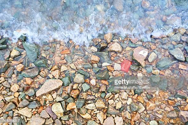 close-up of pebbles in water - riverbank - fotografias e filmes do acervo