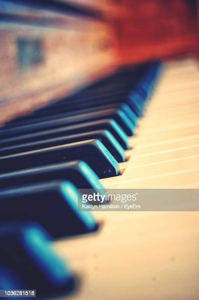 close-up of piano keys - hamiltonmusical stockfoto's en -beelden