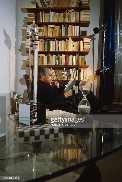 CloseUp Of Pierre Boulez Pierre BOULEZ dans sa maison de BadenBaden en Allemagne où il séjourne plusieurs fois par an Ici au milieu des gadgets de...