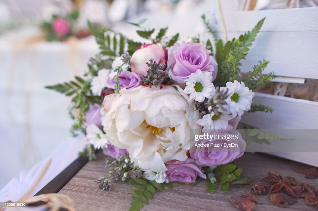 Close-Up Of Pink Roses On Table : Foto stock