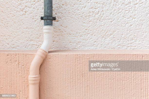 close-up of pipeline on wall - pink tube photos et images de collection
