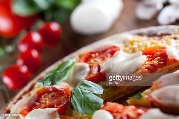 close-up di pizza margherita - pizza margherita foto e immagini stock