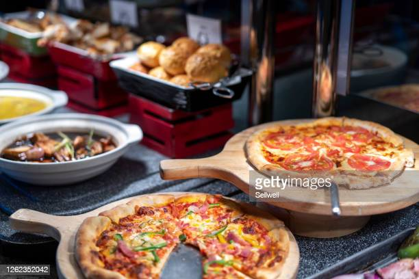 close-up of pizzas on the table - バイキング ストックフォトと画像