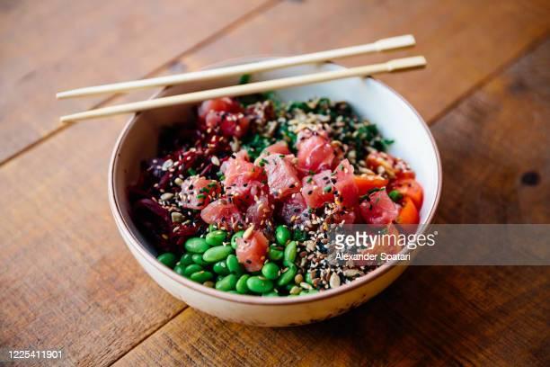 close-up of poke bowl with tuna, edamame beans and vegetables - eetklaar stockfoto's en -beelden