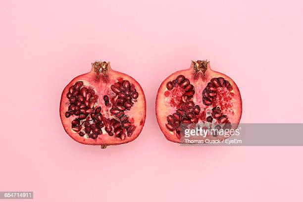 close-up of pomegranate slices on pink background - granada fotografías e imágenes de stock