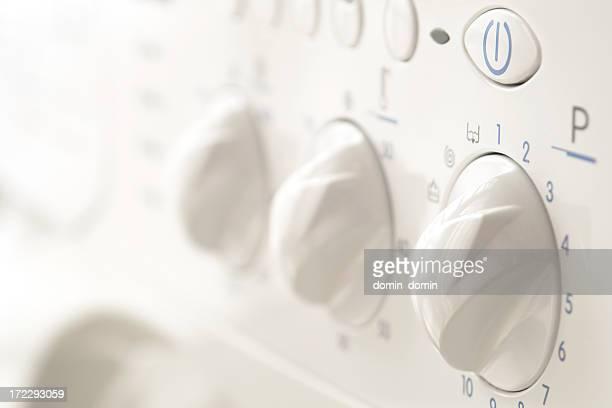 Primer plano de programador en la máquina de lavado de mandos, botones