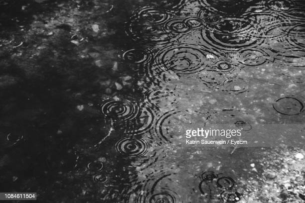 close-up of puddle - regentropfen stock-fotos und bilder