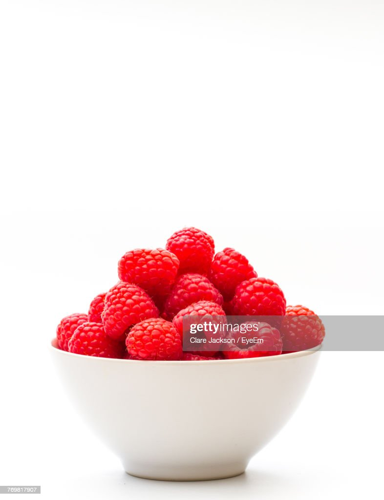 Close-Up Of Raspberries In Bowl Against White Background : Foto de stock
