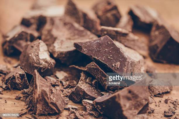 close-up of raw artisan chocolate - theobroma imagens e fotografias de stock