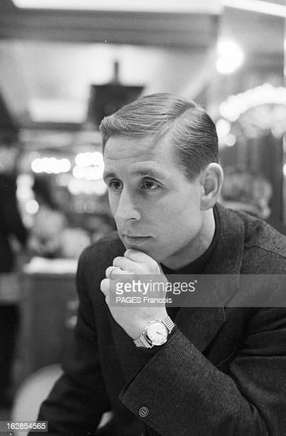 Close-Up Of Raymond Kopa. France, le 16 janvier 1960, portrait du footballeur français Raymond KOPA : il est assis dans un lieu public, vêtu d'une...