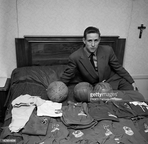 Close-Up Of Raymond Kopa. France, mars 1955, portrait du footballeur français Raymond KOPA lors de ses activités sportives : dans sa chambre d'hôtel,...