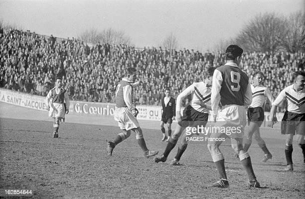 Close-Up Of Raymond Kopa. France, mars 1955, portrait du footballeur français Raymond KOPA lors de ses activités sportives : le deuxième à partir de...