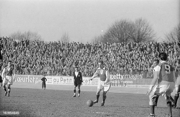 Close-Up Of Raymond Kopa. France, mars 1955, portrait du footballeur français Raymond KOPA lors de ses activités sportives : lors d'un match, il va...