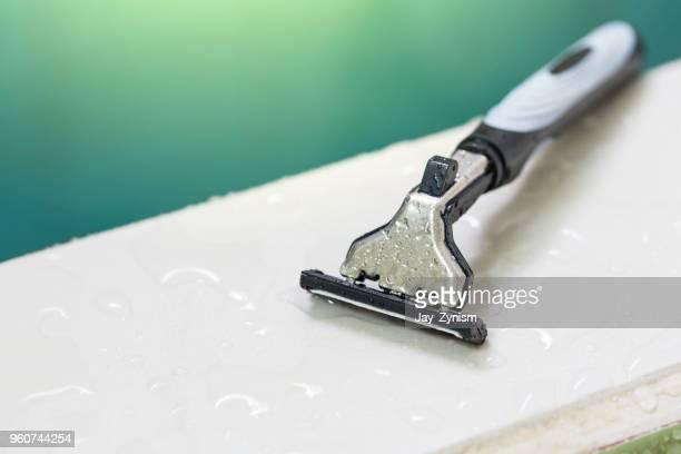close-up of razor over wet white table - razor - fotografias e filmes do acervo