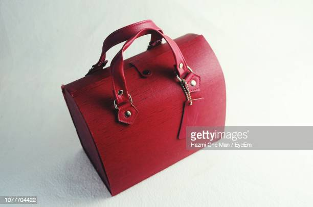 close-up of red bag on white background - sac à main rouge photos et images de collection
