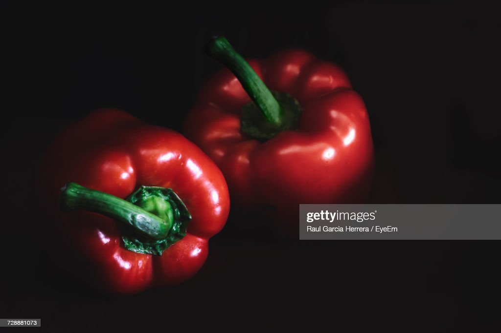 Close-Up Of Red Bell Pepper Against Black Background : Foto de stock
