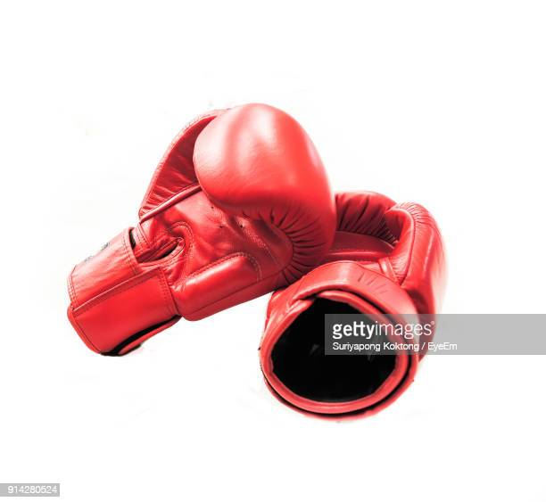 close-up of red boxing gloves against white background - equipamento esportivo - fotografias e filmes do acervo