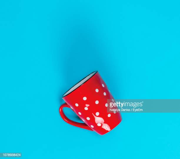 close-up of red cup over blue background - objet rouge photos et images de collection