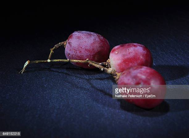 close-up of red grapes on slate - nathalie pellenkoft stock pictures, royalty-free photos & images