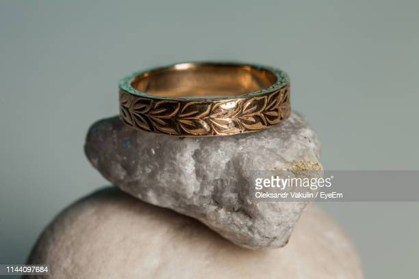 close-up of ring on stones against gray background - oleksandr vakulin stock pictures, royalty-free photos & images