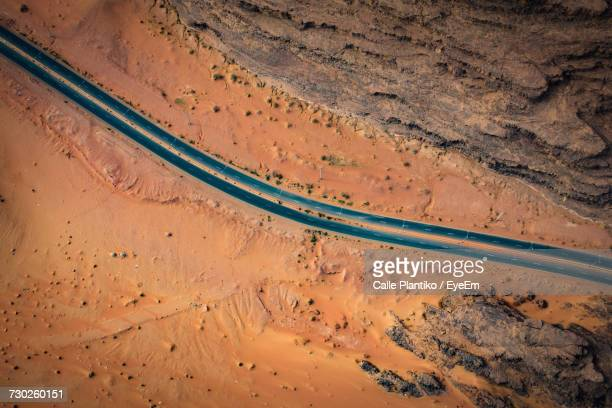 close-up of road through desert - ponto de vista de drone - fotografias e filmes do acervo