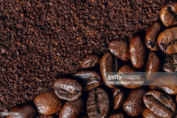 close-up of roasted coffee beans - café moulu photos et images de collection