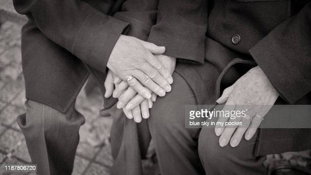 a close-up of romantic senior couple holding hands - carinhoso imagens e fotografias de stock