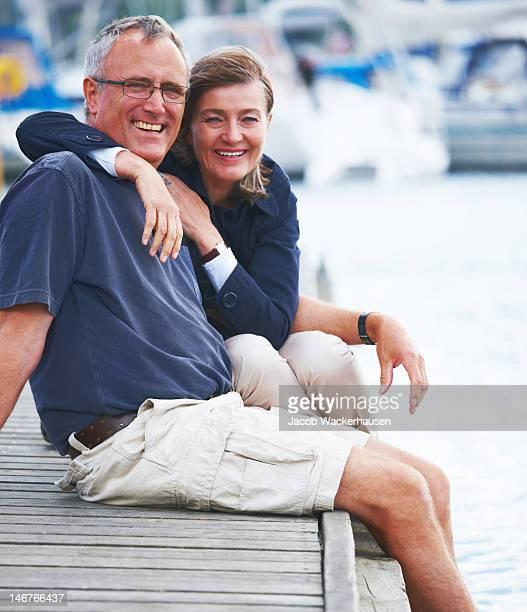 Nahaufnahme von romantisches altes Paar sitzen zusammen am Meer