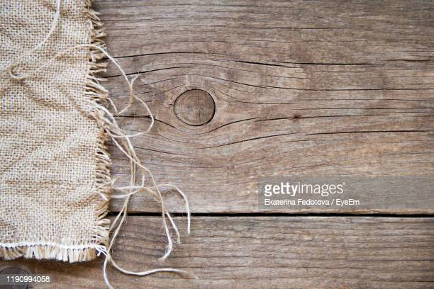 close-up of rope on wooden table - 荒い麻布 ストックフォトと画像