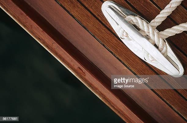 close-up of rope tied to cleat - vertäut stock-fotos und bilder