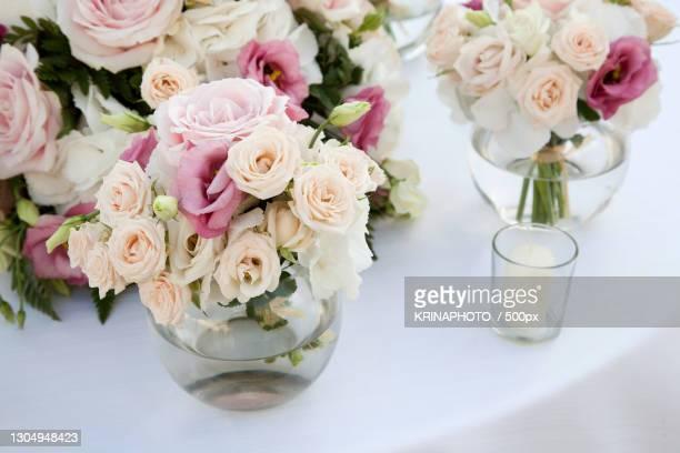 close-up of roses in vase on table,italia,italy - italia stockfoto's en -beelden