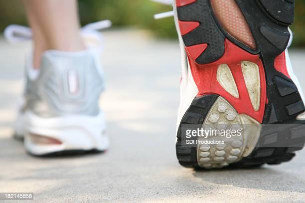 primo piano di una scarpa da running pneumatici - arto umano foto e immagini stock