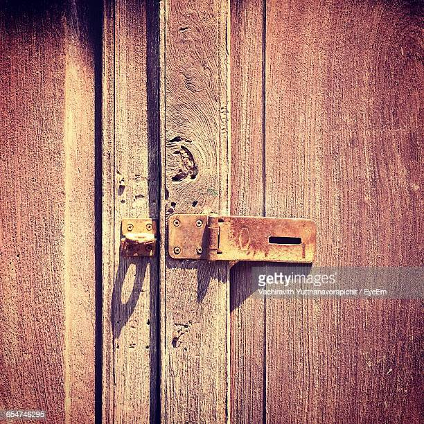 close-up of rusty metallic latch on wooden door - chanthaburi stock pictures, royalty-free photos & images