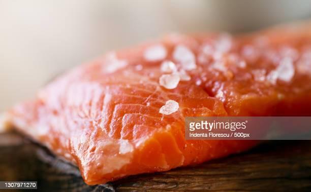 close-up of salmon on cutting board - sal de cozinha - fotografias e filmes do acervo